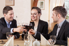 Amigos que beben el vino en un restaurante Fotografía de archivo