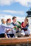 Amigos que beben la cerveza en botella en la playa Imagen de archivo libre de regalías