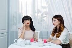 Amigos que beben té con la torta Fotos de archivo libres de regalías