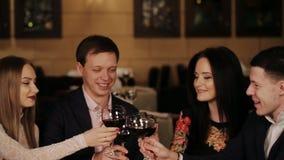 Amigos que beben un vidrio de vino blanco almacen de metraje de vídeo