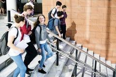 Amigos que caminan abajo de escalera junto Fotos de archivo