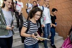 Amigos que caminan abajo de escalera junto Imagen de archivo libre de regalías