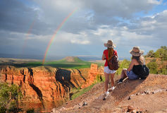 Amigos que caminan el vacaciones en las montañas Fotos de archivo