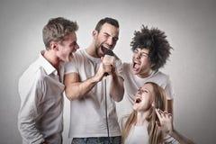 Amigos que cantam imagens de stock royalty free