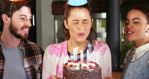 Amigos que celebran cumpleaños metrajes