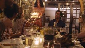 Amigos que celebran cumpleaños con la torta metrajes