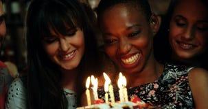 Amigos que celebran la fiesta de cumpleaños en barra metrajes