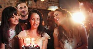 Amigos que celebran la fiesta de cumpleaños en barra almacen de video