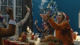 Amigos que celebran la Navidad que tiene partido en casa metrajes