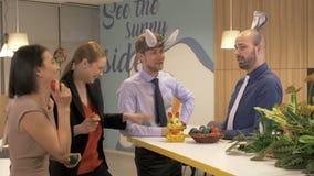 Amigos que celebran Pascua en la oficina