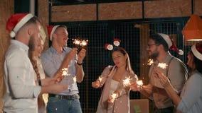 Amigos que celebran víspera junto almacen de metraje de vídeo