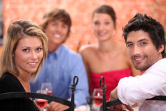 Amigos que cenan Foto de archivo