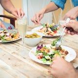 Amigos que cenan junto Fotos de archivo