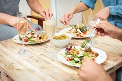 Amigos que cenan junto Foto de archivo libre de regalías