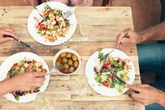 Amigos que cenan junto Imagenes de archivo