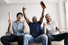 Amigos que cheering a liga do esporte junto fotografia de stock royalty free