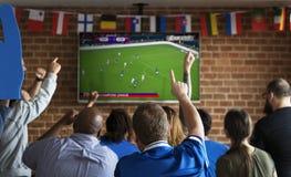 Amigos que cheering o esporte na barra junto imagem de stock royalty free
