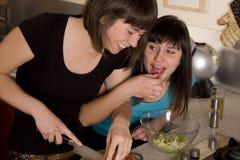 Amigos que cocinan junto Fotografía de archivo