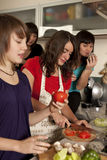 Amigos que cocinan junto Imagen de archivo libre de regalías