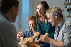 Amigos que comem em casa Fotografia de Stock