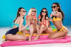 Amigos que comem a melancia e que tomam o selfie no smartphone na praia Fotografia de Stock Royalty Free