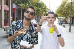 Amigos que comem na cidade imagem de stock royalty free