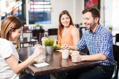 Amigos que comem o almoço em um restaurante Fotos de Stock Royalty Free