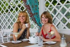Amigos que comem o café. Imagem de Stock