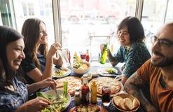 Amigos que comem o conceito do partido da pizza junto fotografia de stock royalty free