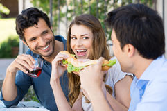 Amigos que comem o sanduíche Fotografia de Stock Royalty Free