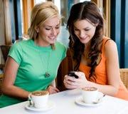 Amigos que comen café Foto de archivo libre de regalías