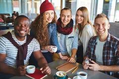 Amigos que comen café Foto de archivo