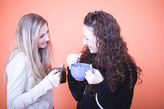 Amigos que comen una bebida Imagen de archivo libre de regalías