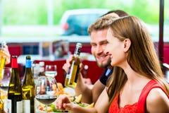 Amigos que comen y que beben en comensal de los alimentos de preparación rápida Imagen de archivo