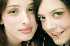 Amigos que comparten los auriculares Fotos de archivo