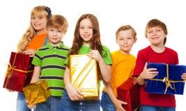Amigos que compartilham de presentes do Natal Imagens de Stock Royalty Free