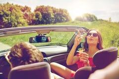 Amigos que conducen en coche y burbujas que soplan Imagen de archivo libre de regalías