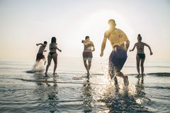 Amigos que correm no mar Imagem de Stock