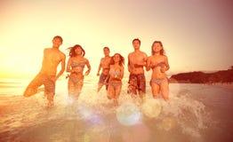 Amigos que corren en el mar Fotografía de archivo