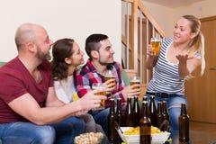 Amigos que cuelgan hacia fuera con la cerveza Imagen de archivo libre de regalías
