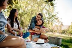 Amigos que cuelgan hacia fuera en el parque imagen de archivo libre de regalías