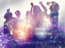 Amigos que dançam na discoteca Exposi??o dobro foto de stock