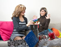 Amigos que dan presentes Fotografía de archivo libre de regalías