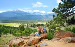 Amigos que disfrutan de alza en las montañas de Colorado Fotos de archivo libres de regalías