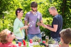 Amigos que disfrutan de la fiesta de jardín Fotos de archivo libres de regalías