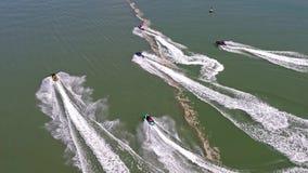 Amigos que disfrutan del esquí del jet en la costa de País de Gales - Reino Unido almacen de video