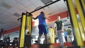 Amigos que entrenan en gimnasio junto, dando el alto cinco después de entrenamiento activo, aptitud almacen de video