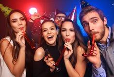 Amigos que fazem o partido grande na noite Cinco confetes de jogo dos povos e champanhe bebendo imagens de stock