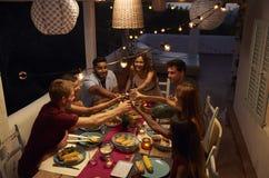 Amigos que fazem um brinde em um partido de jantar em um pátio, Ibiza imagens de stock