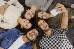 Amigos que fazem um selfie do groupe imagem de stock royalty free